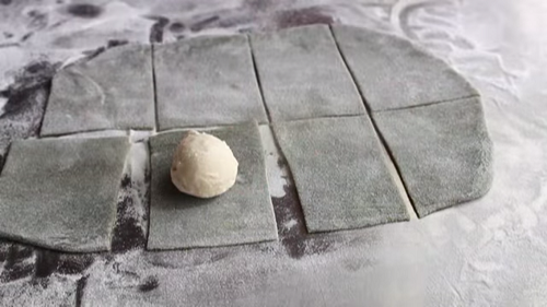 Bọc kín nhân kem để hoàn thiện cách làm bánh mochi trà xanh