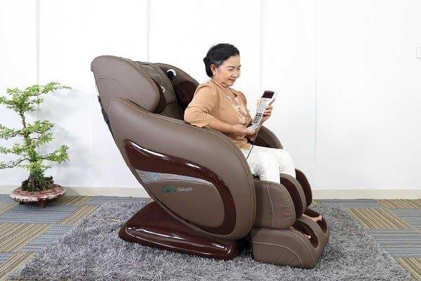 Thử máy massage lưng cho người già trước khi mua