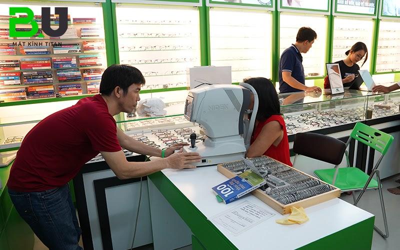 Thao tác cắt kính cận mỏng đòi hỏi kỹ thuật viên có trình độ vững vàng