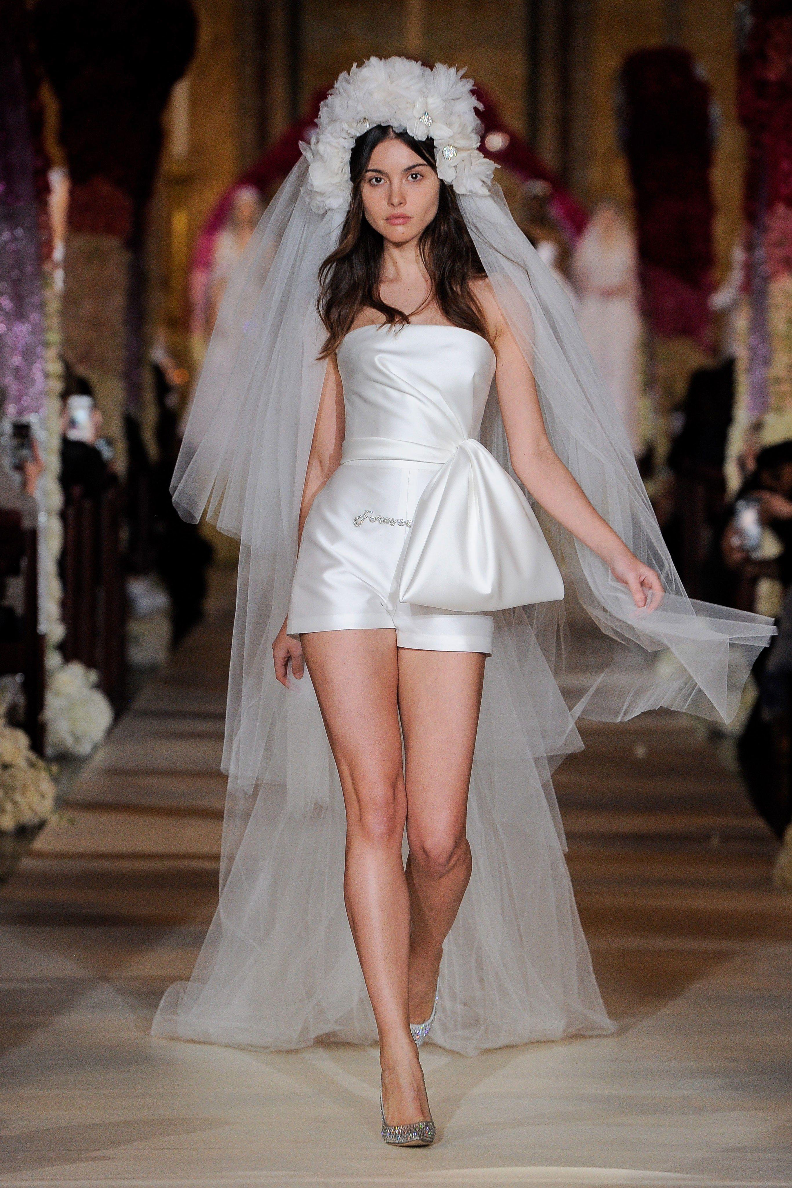 Váy cưới jumpsuit ngắn màu trắng của Reem Acra