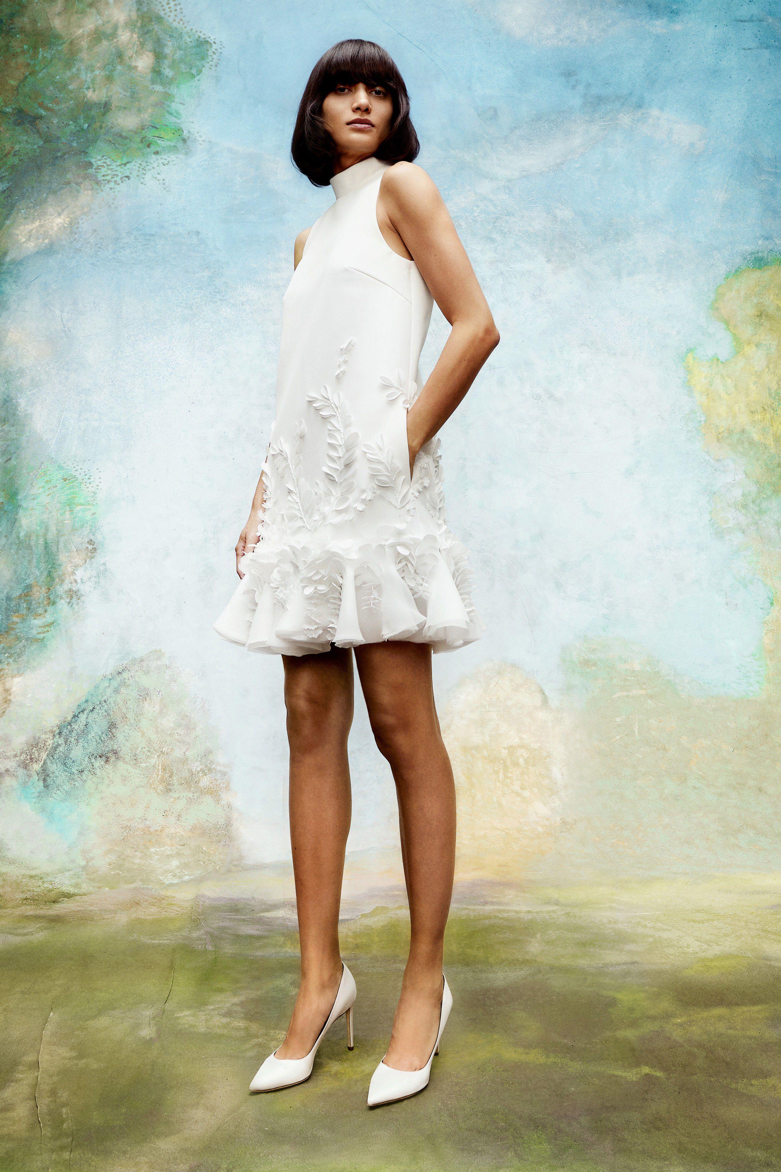 Váy cưới ngắn cổ yếm màu trắng của Viktor & Rolf