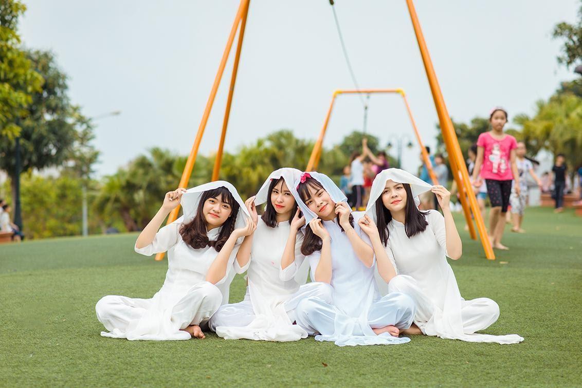 Cách tạo dáng chụp ảnh với áo dài nhóm vui nhộn
